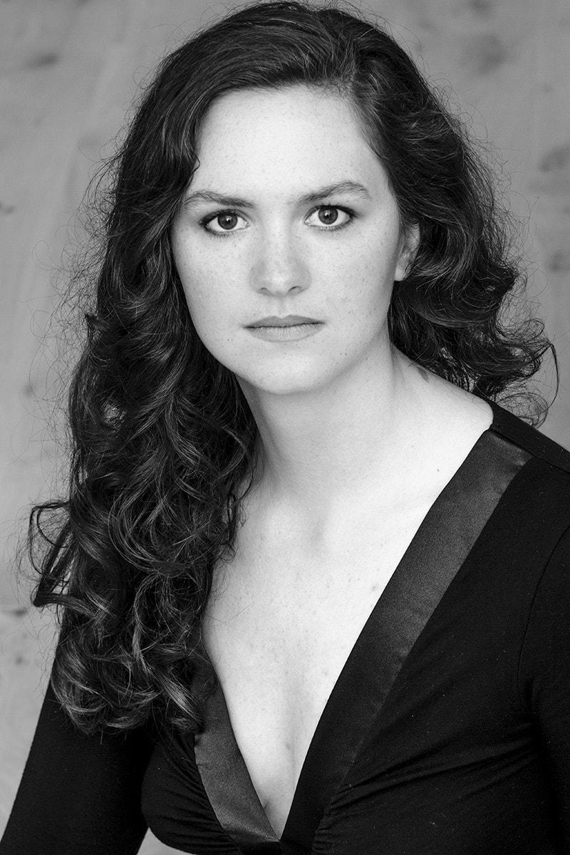 Portraitfoto für eine Musikerin in schwarz-weiß