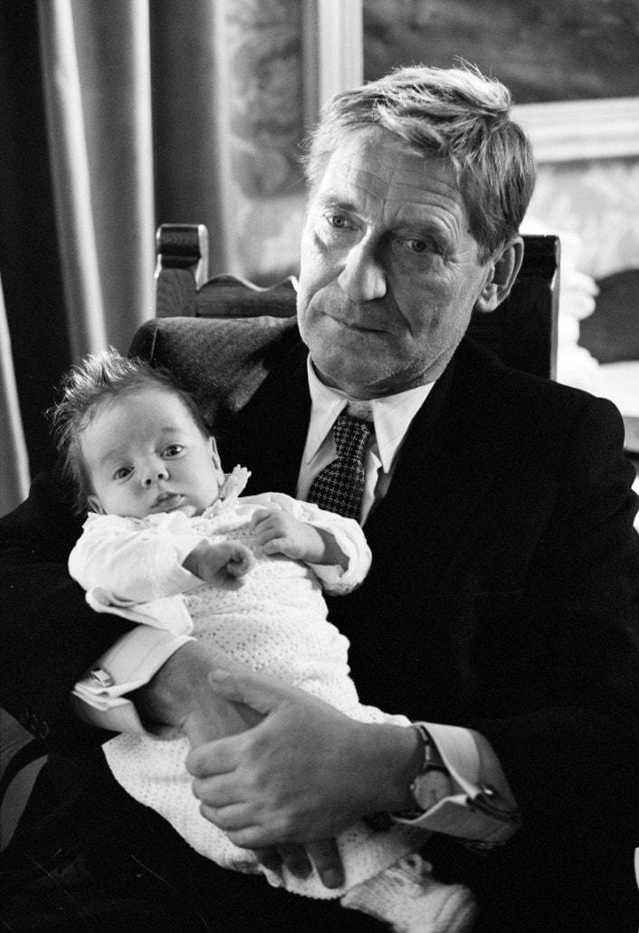 Matthias Habich mit einem Filmbaby auf dem Arm