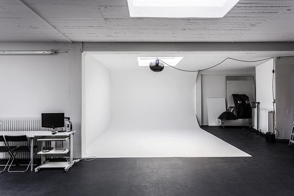 Eine große Hohlkehle im weißen Fotostudio