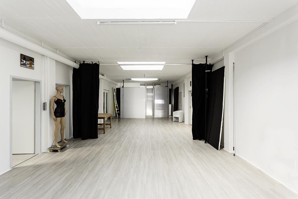 Ein langer Raum ist das Portraitstudio Düsseldorf