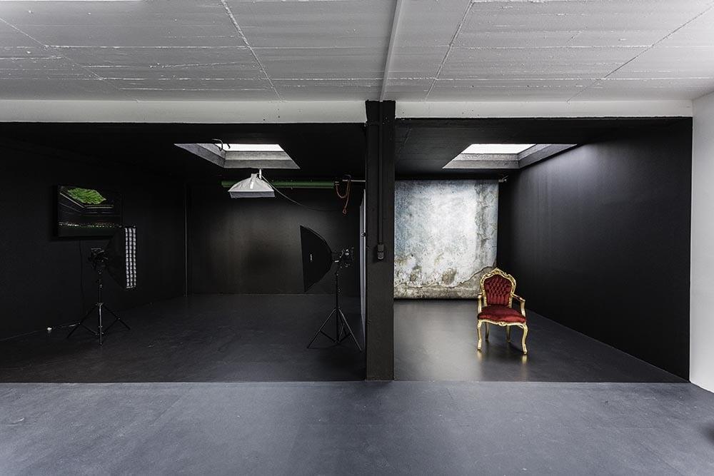 Im schwarzen Studio kann sehr gut mit Licht gearbeitet werden.