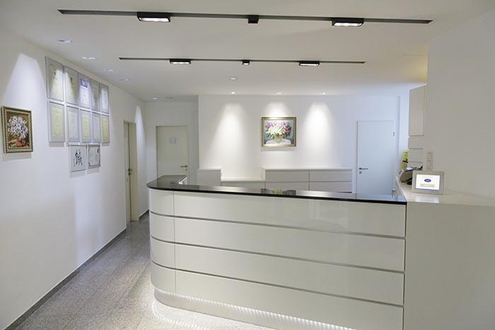 moderner Empfang einer orthopädischen Praxis in Düsseldorf